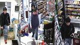 Muž ukradl z obchodu 53 tisíc korun: Policie po něm a jeho kamarádech pátrá, poznáváte je?