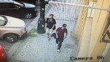 Dva zloději ukradli z auta v centru Prahy věci za 35 tisíc korun. Poznáte je?