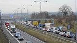 Na Pražském okruhu se převrátil kamion. Tekla z něj nafta, jeden člověk se zranil