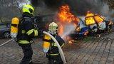 Podivný případ hořících aut v Nuslích: Řádil u vršovického nádraží žhář?