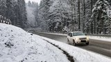 """Česko zasypal sníh. V Krkonoších hlásí nebezpečí lavin, silnice pokrývá """"břečka"""""""