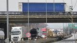 Dopravní omezení na Pražském okruhu: Cisterna narazila do svodidel, směrem na letiště se tvoří kolony