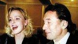Marika Sörösová (43) 1997–2000: Půvabná blondýnka upoutala zpěváka při jeho koncertu v Berlíně roku 1997. Hned jak ji v hledišti spatřil, zatoužil po seznámení. Ještě ten večer ji pozval na večeři. S Mistrem oslavila v roce 1999 jeho šedesátiny a zdálo se, že Karel našel konečně tu pravou vyvolenou. Jenže pak po dvou letech vztah skončil, v době, kdy byla svatba údajně na spadnutí. Karel pak daroval Marice vilu na Karlíku.