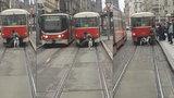 Nesmyslný hazard na kolejích: Muž v Praze vezl na tramvaj, za sebou vláčel psa!