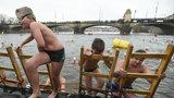 """""""Voda dává zdravíčko,"""" věří Božena (87), která se otužuje už 41 let. S kolegy si zaplavala ve Vltavě"""