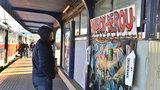 Na Vltavské vznikla Zeď laskavosti: Bezdomovcům tu můžete darovat kabáty a další oblečení
