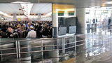 Potopa na letišti v New Yorku. Cestující museli evakuovat ze zatopené haly
