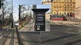 Na cyklostezce v Praze 7 nejsou místa k zastavení: Parkovací automat tu ale je! Kdo ho sem dal?