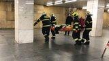 Metro přes Hradčanskou skoro dvě hodiny nejezdilo: Do kolejiště spadl muž, utrpěl vážné poranění hlavy