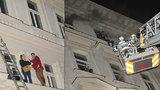 Při požáru hotelu v centru Prahy zemřeli 4 lidé: Hořet začalo od auta?