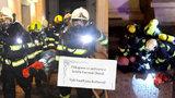"""""""Jste hrdinové!"""" Rodina turistů zachráněných z hořícího hotelu v Praze hasičům osobně poděkovala"""
