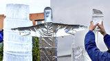 Umělci na Harfě tesali do ledu jako o závod: Sochy jim však letos doslova tály pod rukama