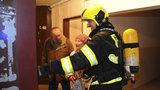 Požár v Karlíně: V paneláku vzplála digestoř, hasiči evakuovali 26 lidí
