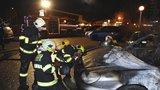 Noční požár ve Stodůlkách: Ze zaparkovaného auta šlehaly plameny, poškodily i vedlejší vůz