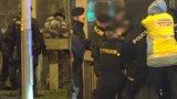 VIDEO: Muž chtěl spáchat sebevraždu skokem z Čechova mostu. Policisté ho stáhli do bezpečí