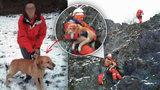 Psí tulák uvízl na skále: Deset metrů nad zemí kňučel o pomoc, slanili pro něj hasiči