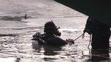 Policejní potápěči pročesávali dno Vltavy: Vylovili ukradený trezor, cennosti v něm ale chyběly