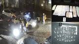 VIDEO: Nigerijec po Praze rozvážel drogy. Napěchoval si jimi trenky, v kufru měl milion korun