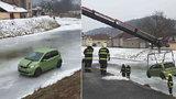 Kuriózní nehoda: Žena dostala smyk a »zaparkovala« auto na zamrzlé hladině