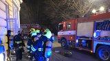 VIDEO: Pod Žofínem hořelo! V podzemí vzplála trafostanice, zakouřenou budovu museli hasiči odvětrat