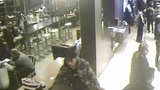 VIDEO: To je drzost! Zloděj ve Vysočanech ukradl mobil nic netušícímu majiteli rovnou před nosem