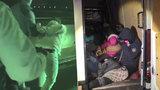 VIDEO: Policie u Prahy zadržela tři převaděče! Vezli 22 uprchlíků z Iráku, Sýrie a Turecka