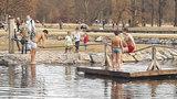 První koupačka ve Stromovce: Otužilí kluci »naskákali« do rybníka