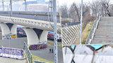 """Překážkový běh na Vítkově: Uprostřed schodů """"nikoho"""" stojí betonový zátaras. Úřady se nemůžou dohodnout"""