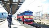 Vlaky nejezdí: Kvůli podzimním opravám železnic se musí cestující trmácet MHD