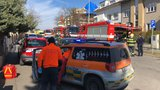 Požár sklepa v Dejvicích: Hasiči z plamenů zachránili tři lidi a dva psy