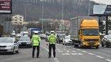 VIDEO: Velikonoční shon na silnicích začal! Policisté kontrolují řidiče, nad Prahou létal i vrtulník