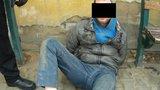 Agresivní opilec v Plzni útočil na strážníky! Potom se vrhl pod auto