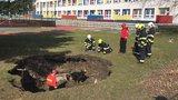 Obrat v případu propadlého krytu v zahradě školy: Tlak výbuchu by nevydržel, je to něco jiného, říkají hasiči