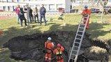 Záhadný kráter na školní zahradě: Praha 14 místo zabezpečí a zasype