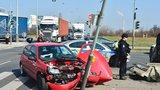Nehoda na křižovatce v Hostivaři: Auto skončilo na střeše, počítejte s kolonami