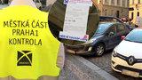 Do centra Prahy jezdí i po změně systému parkování víc aut. Radnice kontroluje ulice