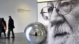 Sochař Škoda zaplavil Kampu svými koulemi: Poodhaluje tajemství nekonečného vesmíru
