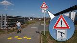 Pozor, vodáci přes cestu! Na modřanské cyklostezce stojí neobvyklá značka