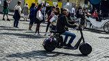 """Turisté na elektrokoloběžkách v centru Prahy: Kdy a odkud je radnice """"vyžene""""?"""