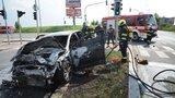 Dopravní nehoda blokovala ulici K Barrandovu. Jedno z aut začalo hořet