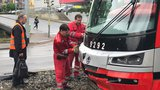 Nehoda na Rašínově nábřeží: Tramvaj se srazila s autem, zapadlo do výkopu