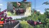 Tragédie v Mělníku: Řidič vyjel ze silnice a skončil pod mostem. Jeden člověk zemřel