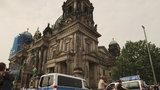 Panika v berlínské katedrále: Muž vytáhl nůž, policisté ho postřelili do nohy