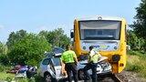 Tragická nehoda na přejezdu v Chrástu u Plzně: Auto jelo souběžně a pak vjelo přímo pod vlak