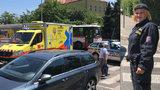 Holčičky (3 a 6) srazilo na přechodu v Kobylisích auto! Zachraňovali je policisté