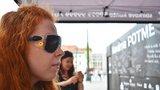 Rande »naslepo« v Kavárně Potmě: Úzkost z absolutní tmy střídá pocit svobody