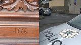 """""""Ďábelští umělci"""" řádili v Praze 2: Na kostel na náměstí Míru načmárali satanské číslo i nápisy"""