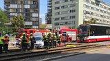 Tramvaj na Žižkově smetla auto! Nehoda blokovala Olšanskou, řidiče vyprostili hasiči