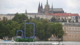 Na Vltavě vyrostly dvě nuly směřující na Hrad: Praha se divila, co to má být?