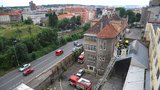 Hořela bývalá pekárna ve Vysočanech. Plameny zachvátily odpad ve výtahové šachtě